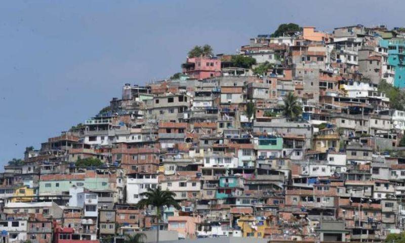 Policiais trocam tiros com bandidos no Morro do Vidigal e confronto causa pânico