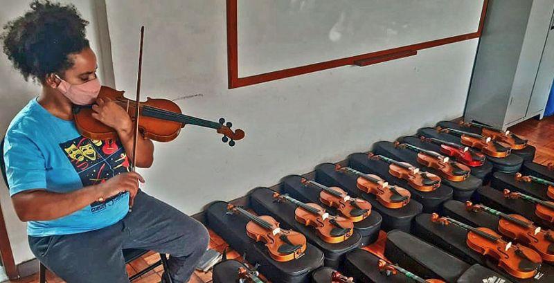 """JF: """"Gente em Primeiro Lugar"""" cede instrumentos para alunos de oficinas musicais"""