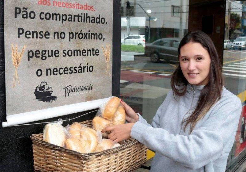 Padaria deixa cesta com pães e salgados para quem precisa