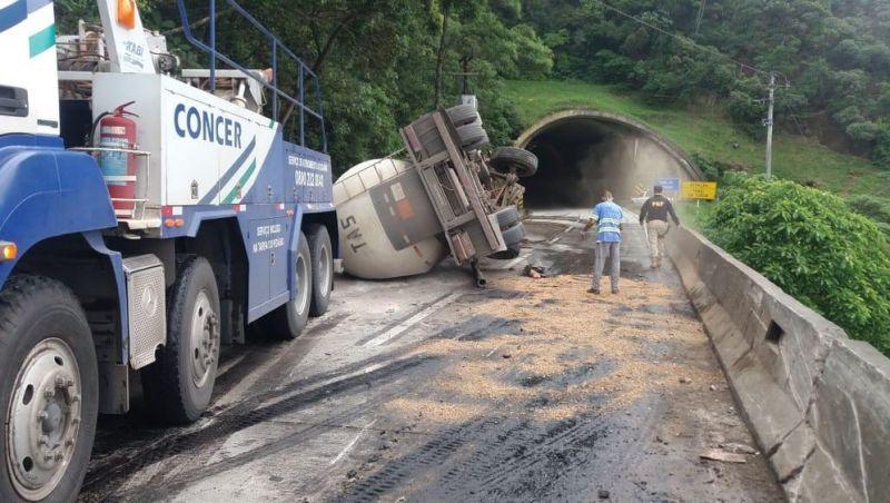 Descida da Serra de Petrópolis (BR-040), RJ, será interditada para retirada de carreta tombada há três dias
