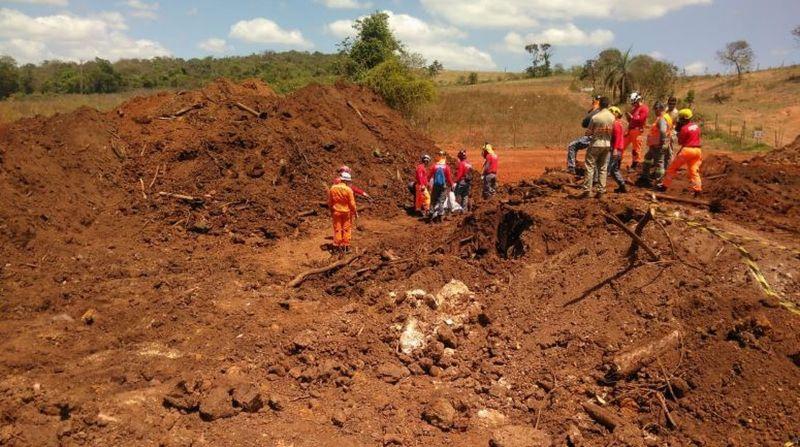 Bombeiros encontram corpo quase intacto em Brumadinho