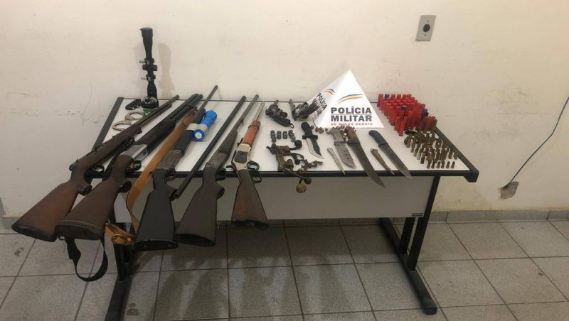 PM apreende armas, munição, facas e produtos de caça em residência em Ewbank da Câmara, MG