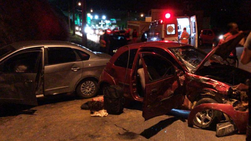 Acidente entre carros de passeio fecha trânsito na Paracatu