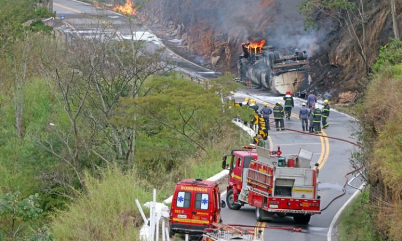 Carreta explode, e BR-267 segue interditada próximo a Marmelos