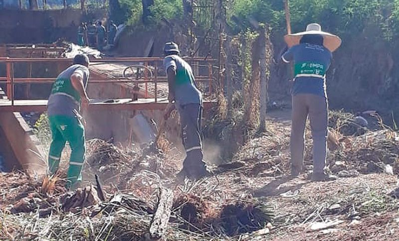 Demlurb retira cerca de 30 toneladas de lixo em praça no Bairro Vitorino Braga em JF
