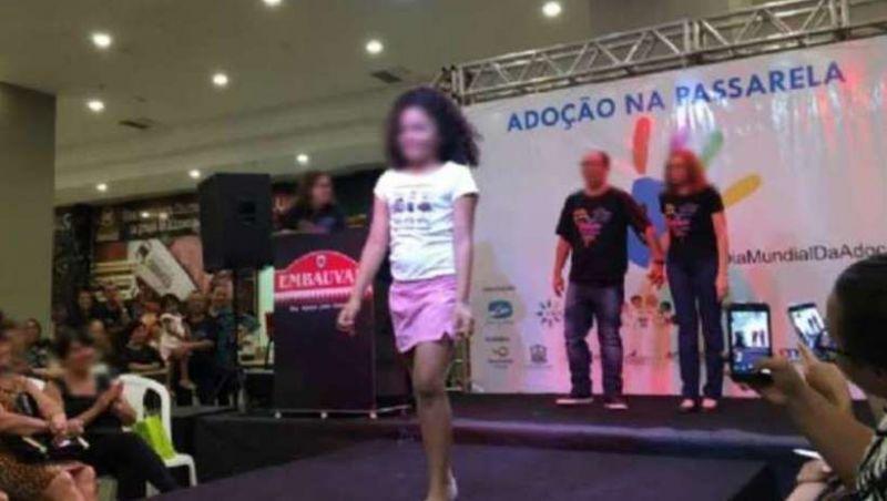 Crianças desfilam em shopping no MT durante evento para serem adotadas