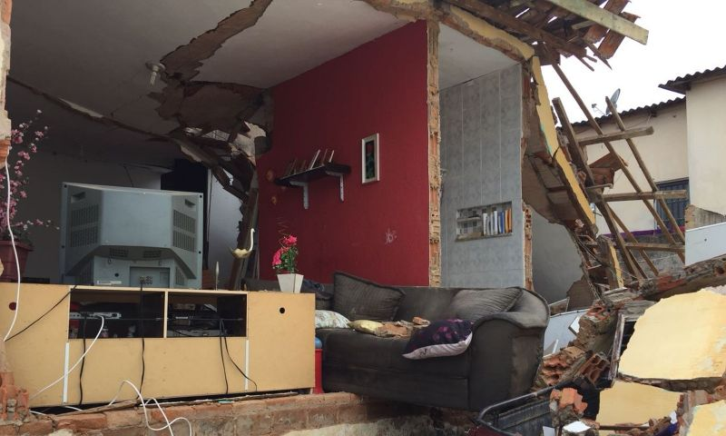 Vazamento de gás provoca explosão em residência e família fica ferida em Campinas; casa foi destruída