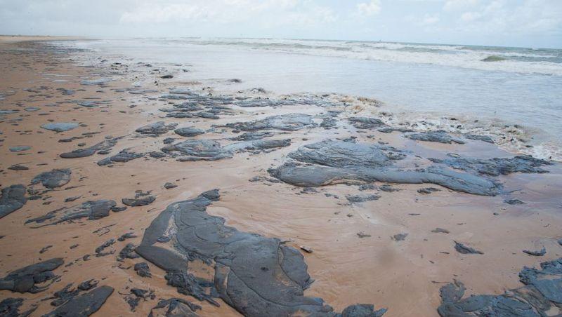 Óleo de origem desconhecida atinge praias de Salvador