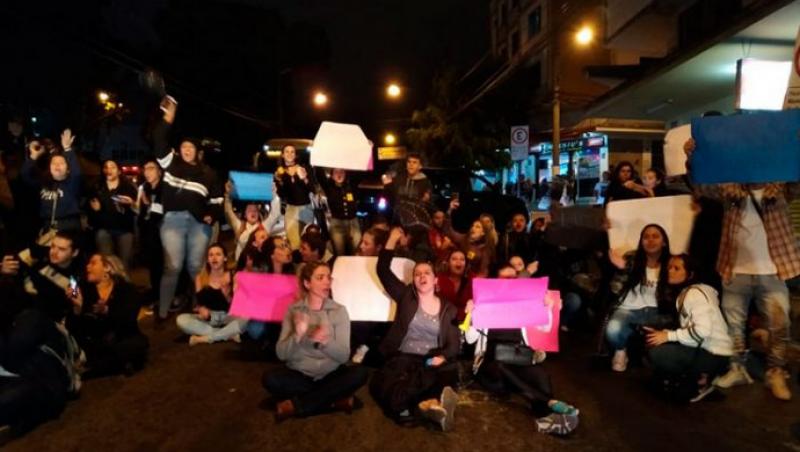 Estudantes protestam em JF contra demissão de professores na Universo
