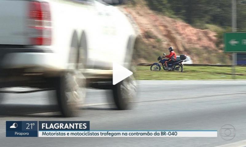 Motoristas e motociclistas trafegam na contramão da BR-040 em Ribeirão das Neves, na Grande BH