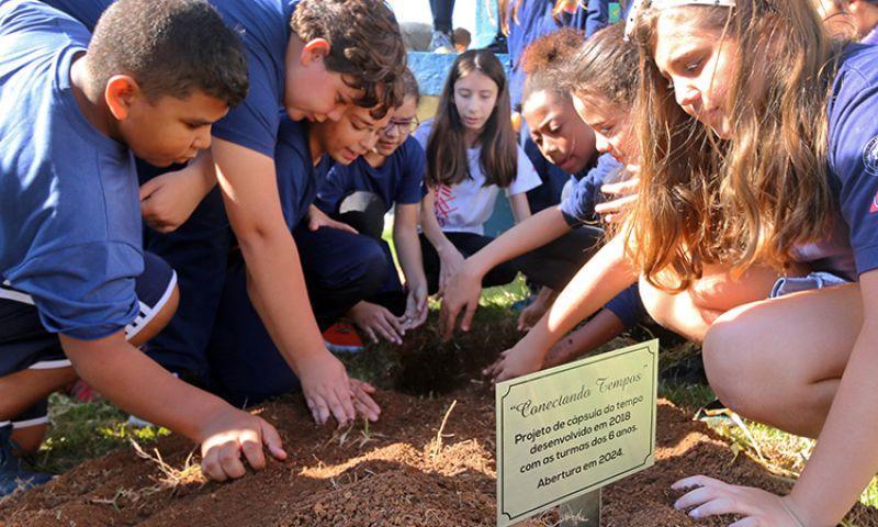 Estudantes de JF enterram cápsulas com mensagens que serão abertas em 2024