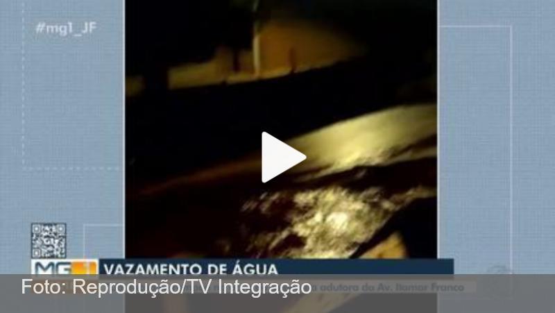 Rompimento em tubulação causa vazamento em obra na Itamar Franco em Juiz de Fora