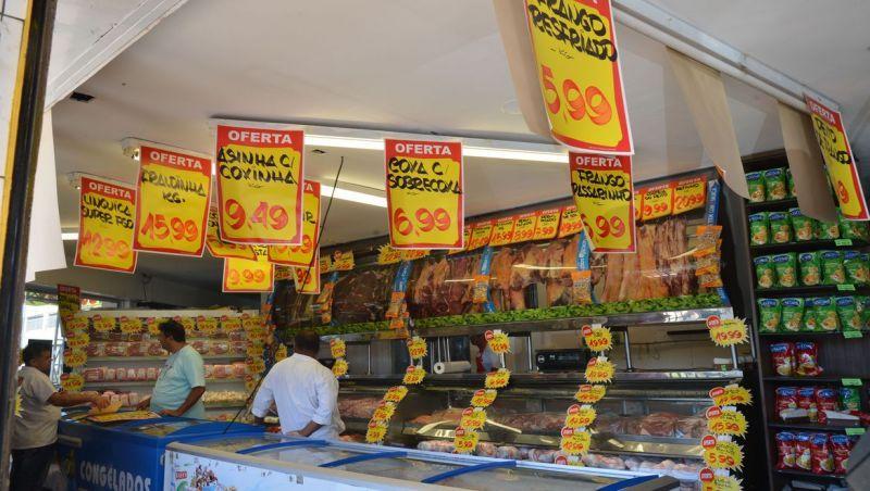Brasileiros acreditam em inflação de 4,8% nos próximos 12 meses