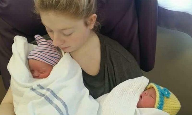 Sem saber de gravidez, mulher vai a banheiro e dá à luz gêmeas