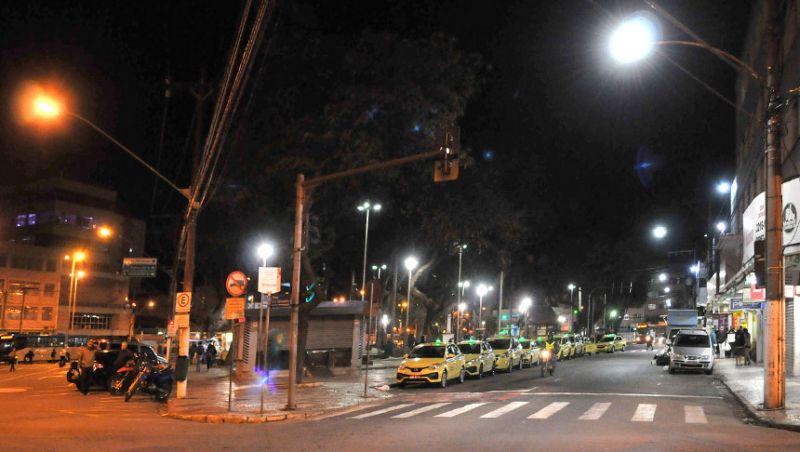 Prefeitura revitaliza iluminação da Rua Jarbas de Lery Santos no Centro de Juiz de Fora