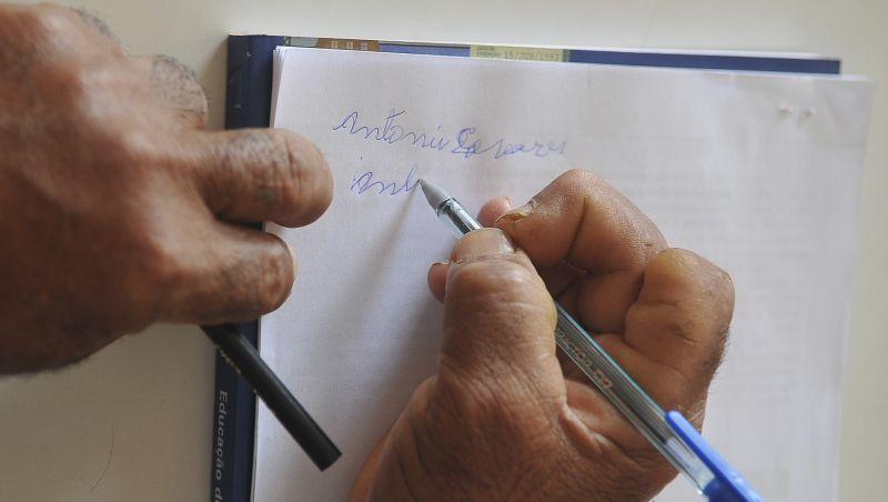 Analfabetismo resiste no Brasil e no mundo do século 21