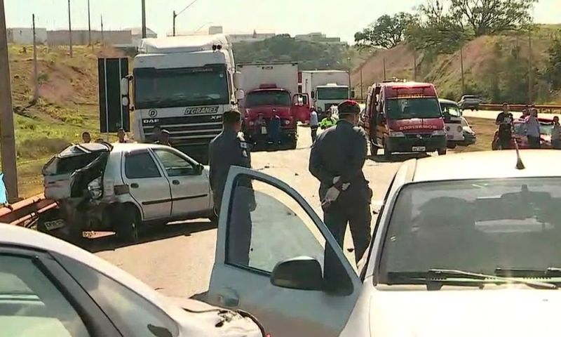 Batida entre mais de 10 veículos fere 5 e fecha Fernão Dias em MG