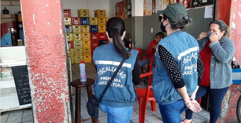 Com apoio da Polícia Militar, PJF fiscaliza novo horário de funcionamento de bares e restaurantes