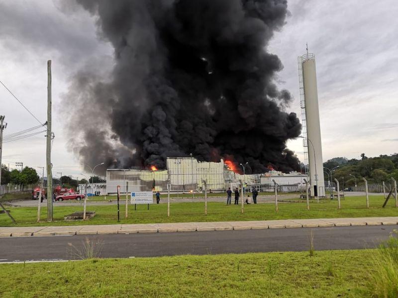 INCÊNDIO ATINGE FÁBRICA DE PLÁSTICOS NO INTERIOR DE SÃO PAULO 0e615d8c9d57b