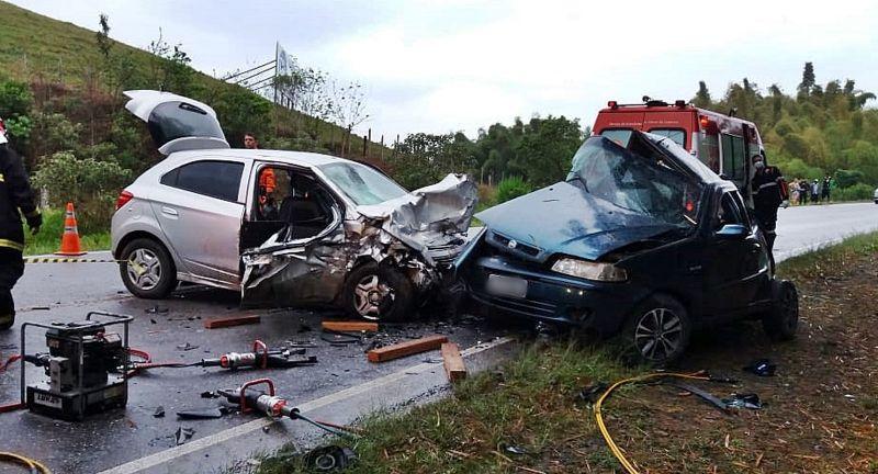 Acidente entre carros deixa sete mortos na BR-267, em Cambuquira