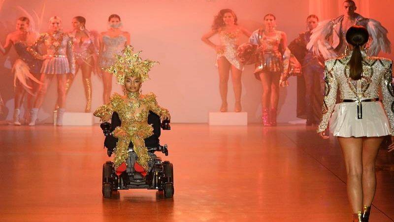 Cadeirante desfila em passarela da semana de moda de Nova Iorque