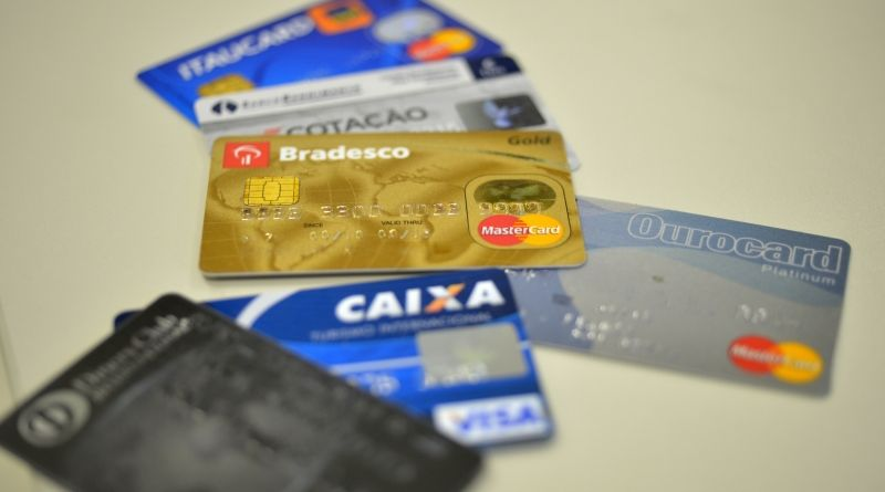 Juros do cheque especial e do cartão de crédito caem em maio