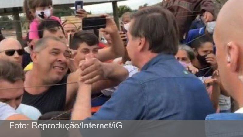Sem máscara, Bolsonaro promove aglomeração em cidade do interior de Goiás