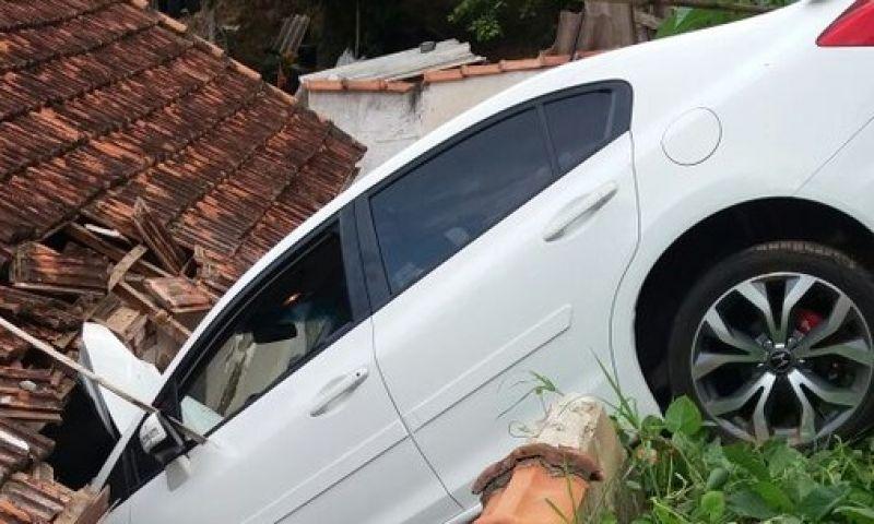 Carro derruba muro e para em cima do telhado de casa no Sul de MG