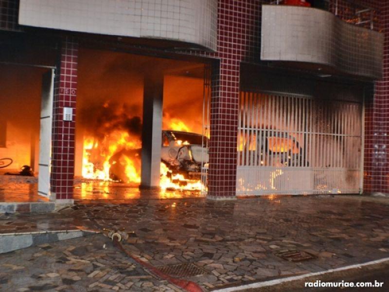 Incêndio destrói 5 veículos em garagem de prédio em Muriaé