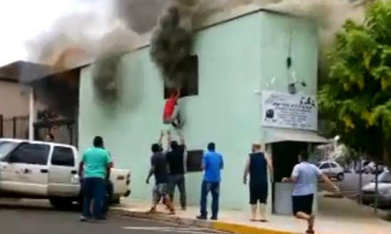 Vídeo: pedreiro salva criança de incêndio e vira herói no RS