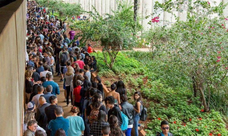 Calouros da UnB esperam mais de 7 h em filas por matrícula