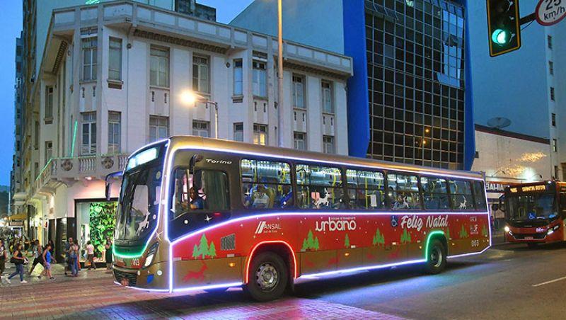 Linha de ônibus urbano em Juiz de Fora ganha enfeites de Natal