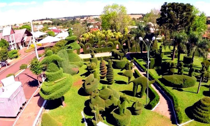 Praça de município gaúcho reúne quase 300 esculturas feitas de arbustos