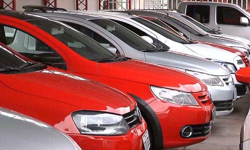 Venda de veículos seminovos cai pela metade no ano; a de usados de 9 a 12 anos sobe 79%