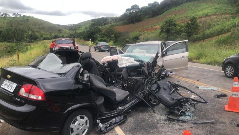 Trânsito na AMG-3085 é liberado após colisão frontal entre dois carros em Juiz de Fora