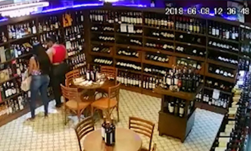 Irmãs roubam garrafas de vodca em mercado e pai leva filhas para delegacia após polícia divulgar imagens
