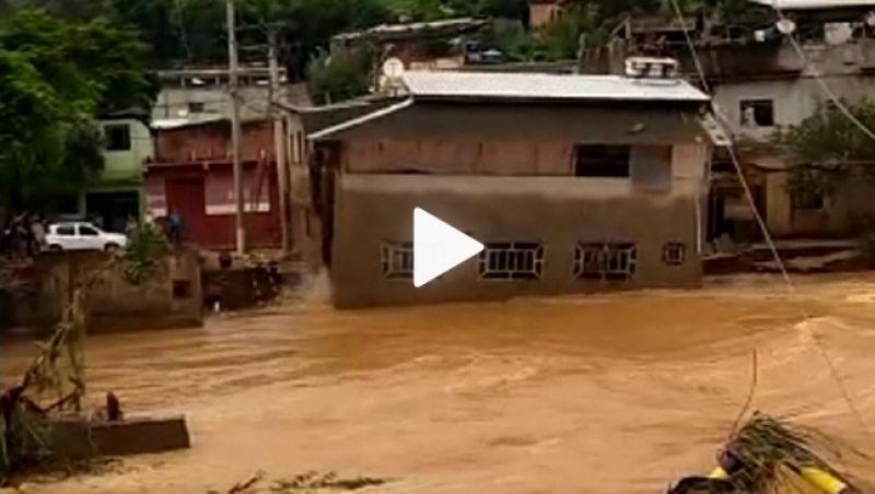 Vídeo: casa de 2 andares é levada pela água em MG