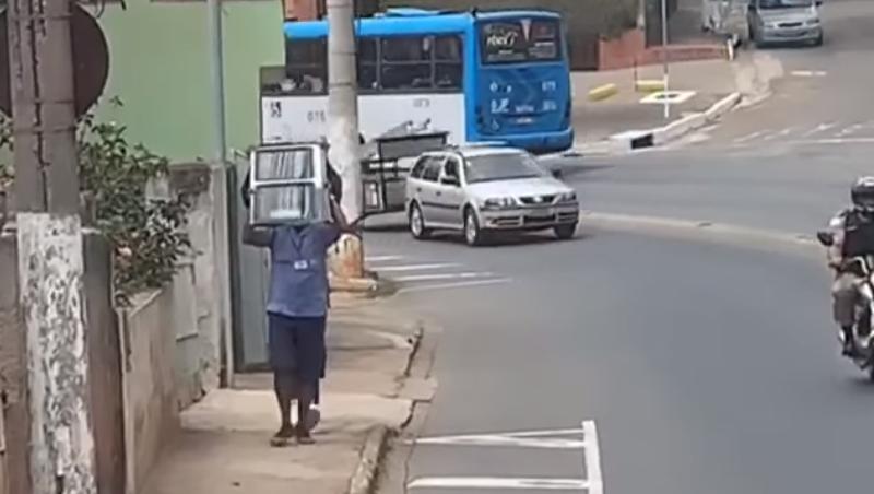 Ônibus perde porta enquanto se deslocava pela Avenida Juiz de Fora