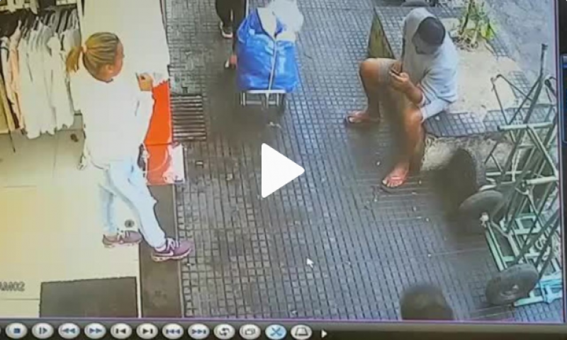 Motorista invade calçada e atropela pedestres no Pari; veja vídeos