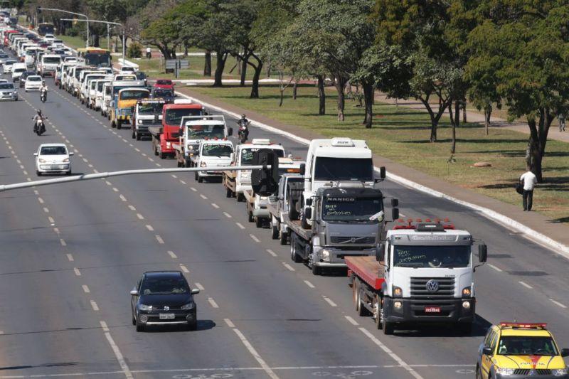 Caminhoneiros fecham estradas e fazem protestos na maior parte do país