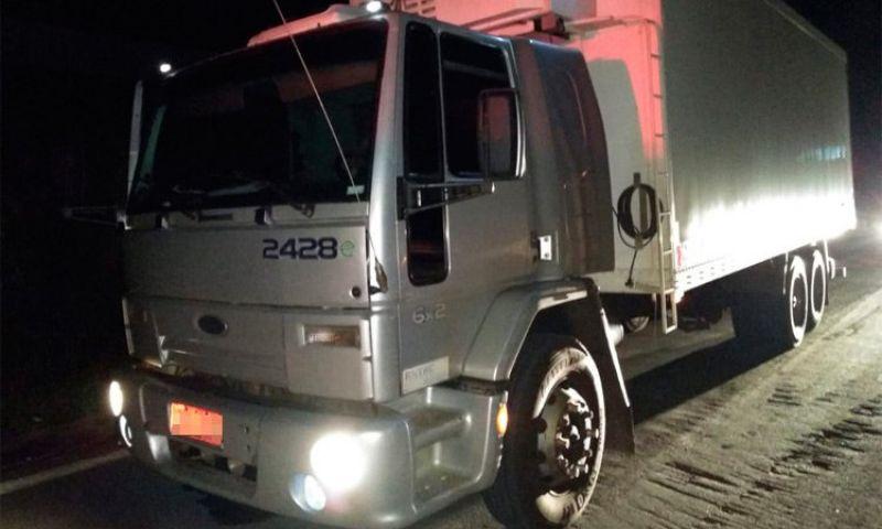 Quadrilha arremessa caminhão roubado contra bloqueio policial em JF