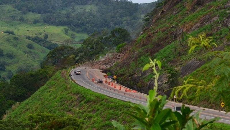 Rochas são detonadas no ponto de interdição da BR-116 em Muriaé