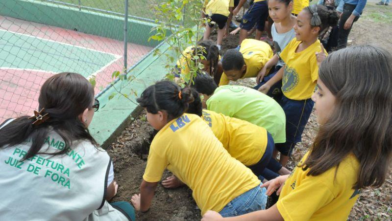 Dia da Árvore - Crianças da LBV participam de plantio com a Secretaria de Meio Ambiente em JF