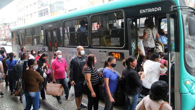 Usuários temem risco de contágio em ônibus lotados de JF