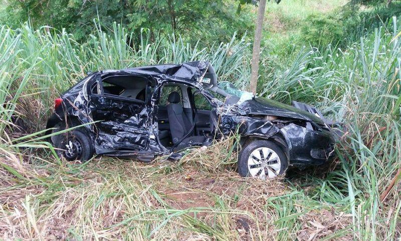 Batida entre carro e ambulância deixa mortos e feridos na BR-267 em Juiz de Fora