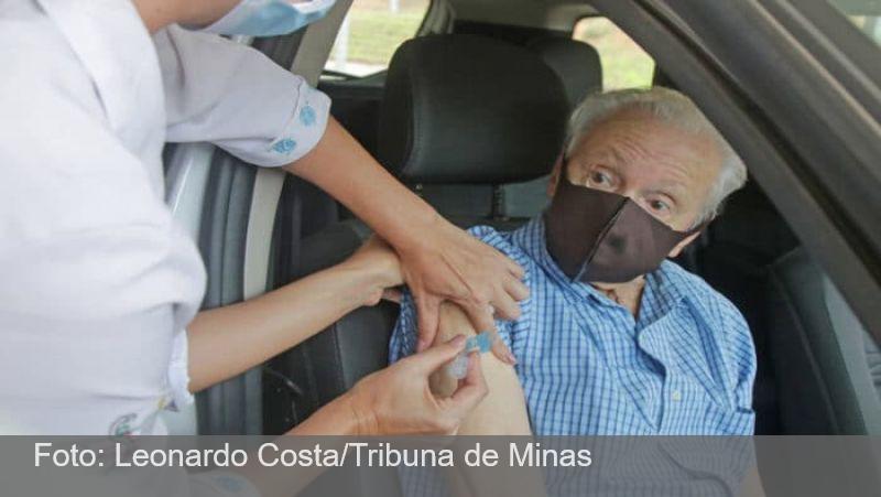 Drive-thru na UFJF recebe idosos para vacinação