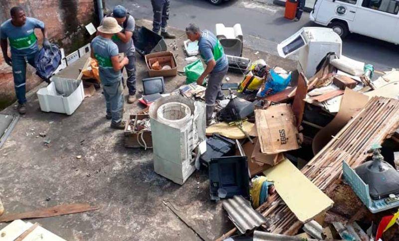 Sala de Operações da Dengue retira 18 toneladas de entulho de casa no Bairro Jardim América em Juiz de Fora