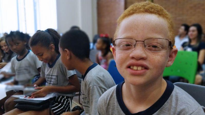 """Secretaria de Educação de Juiz de Fora entrega óculos do programa """"Ver é Viver"""" a cinquenta crianças"""