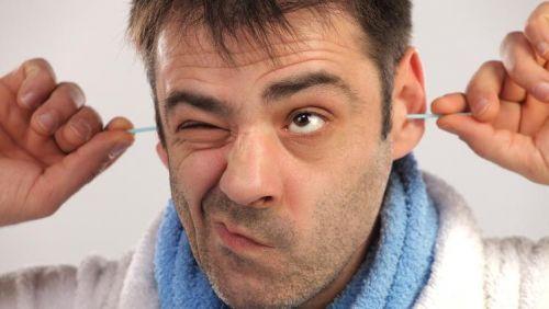 Médicos afirmam: tirar cera do ouvido faz mal à saúde