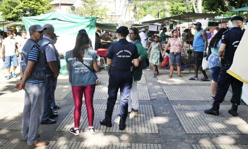 PJF fiscaliza feira noturna para melhorar organização